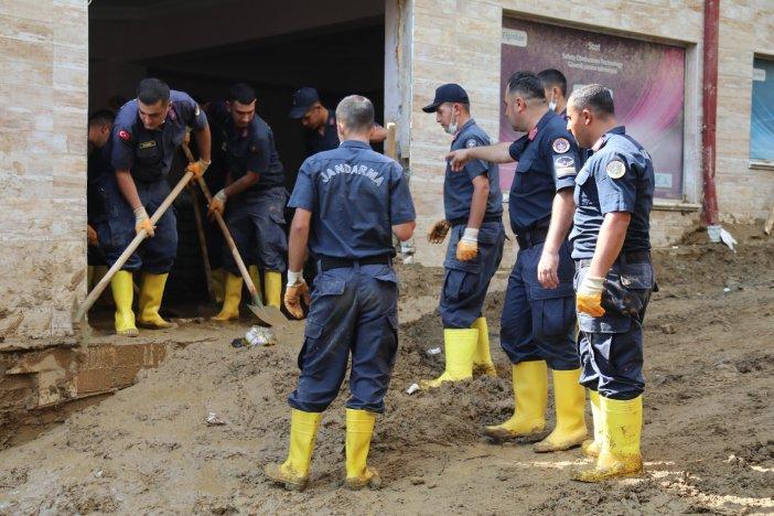 Selin Vurduğu Rize'nin Güneysu İlçesinde Jandarma Ekipleri Temizlik Çalışmalarına Destek Veriyor