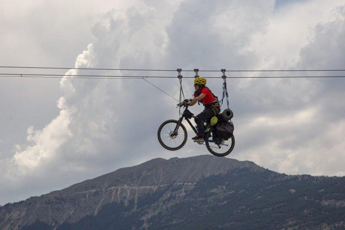 Metrelerce Yükseklikte Bisikletiyle Zipline Yaptı