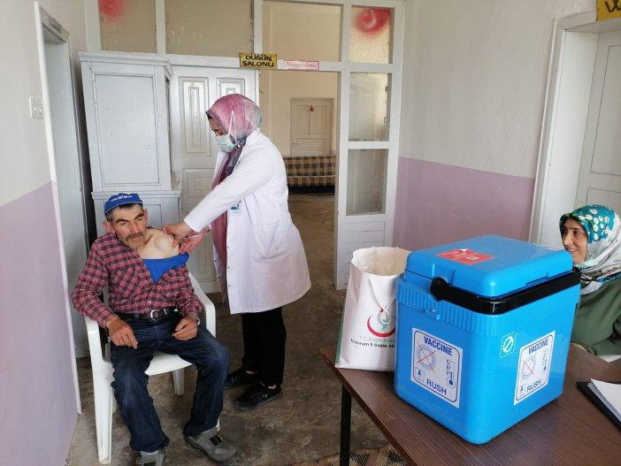 Oltu'da Sağlık Ekipleri Köy Köy Dolaşarak Aşılama Yapıyor