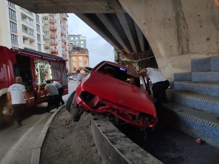 Otomobil Süs Havuzuna Girdi: 2 Yaralı